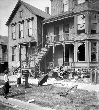 Wiki Chicago_race_riot,_house_with_broken_windows_and_debris_in_front_yard